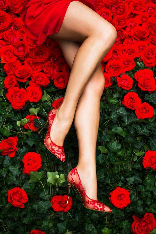Фото девушки в красном платье с цветами